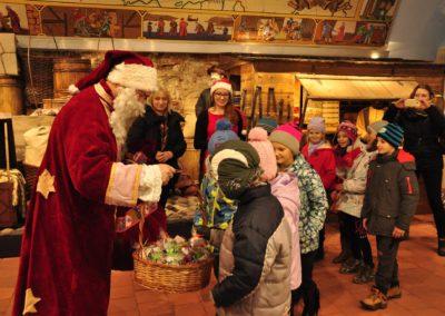 Mikołaj daje dzieciom prezent
