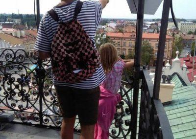Mężczyzna pokazuje dziecku widok z wieży