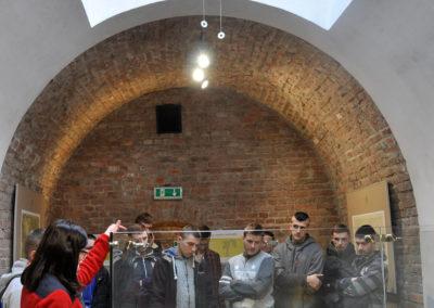 Młodzież patrząca na makietę miasta