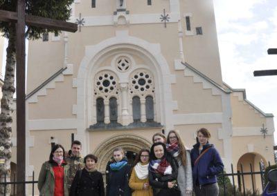 Ludzie na tle Kościoła