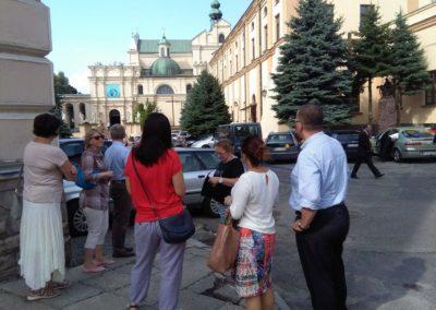 Ludzie patrzący na budynek