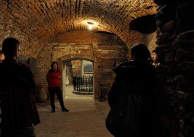 Ludzie rozmawiający w przejściu podziemnym