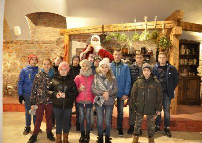 Grupa młodzieży z Mikołajem