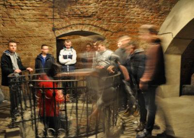 Ludzie w przejściu podziemnym oglądający środek budynku