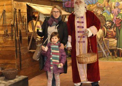 Kobieta z dzieckiem i Mikołajem