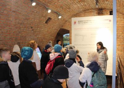 Młodzież patrząca na mapę części miasta