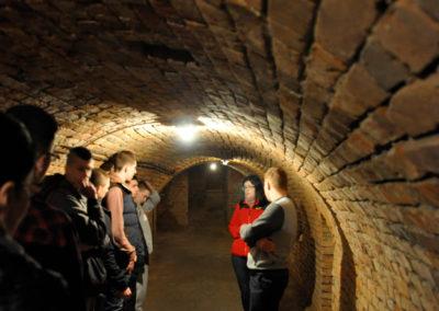 Ludzie w przejściu podziemnym