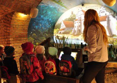 Dzieci na wycieczce w podziemiach