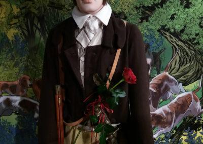 Figura chłopca z różą