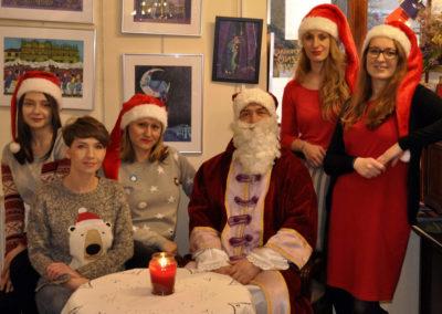 Grupa kobiet z Mikołajem