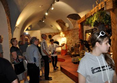 Grupa ludzi ogląda eksponaty