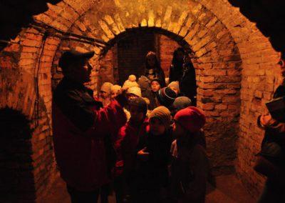 Dzieci w przejściu podziemnym