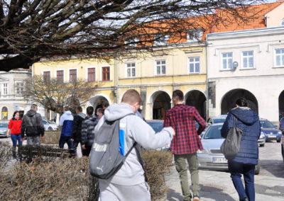 Grupa młodzieży idąca po rynku