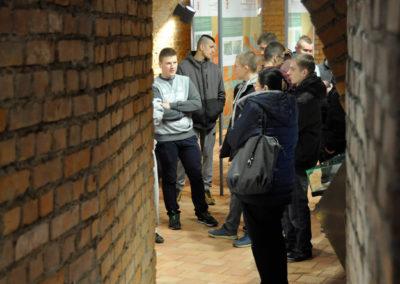 Ludzie stojący w przejściu podziemnym