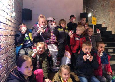 Dzieci pokazują do zdjęcia, co dostały od Mikołaja