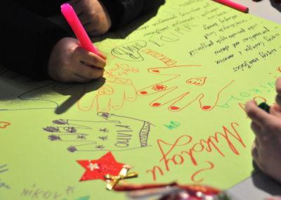 Dzieci piszą list do Mikołaja