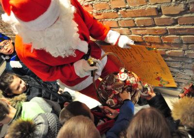 Mikołaj rozdaje cukierki