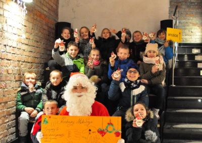 Grupa dzieci z Mikołajem
