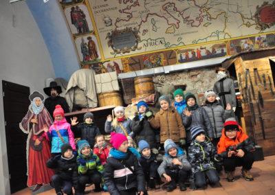 Grupa dzieci macha do zdjęcia