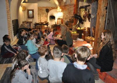 Dzieci siedzą i słuchają opowieści